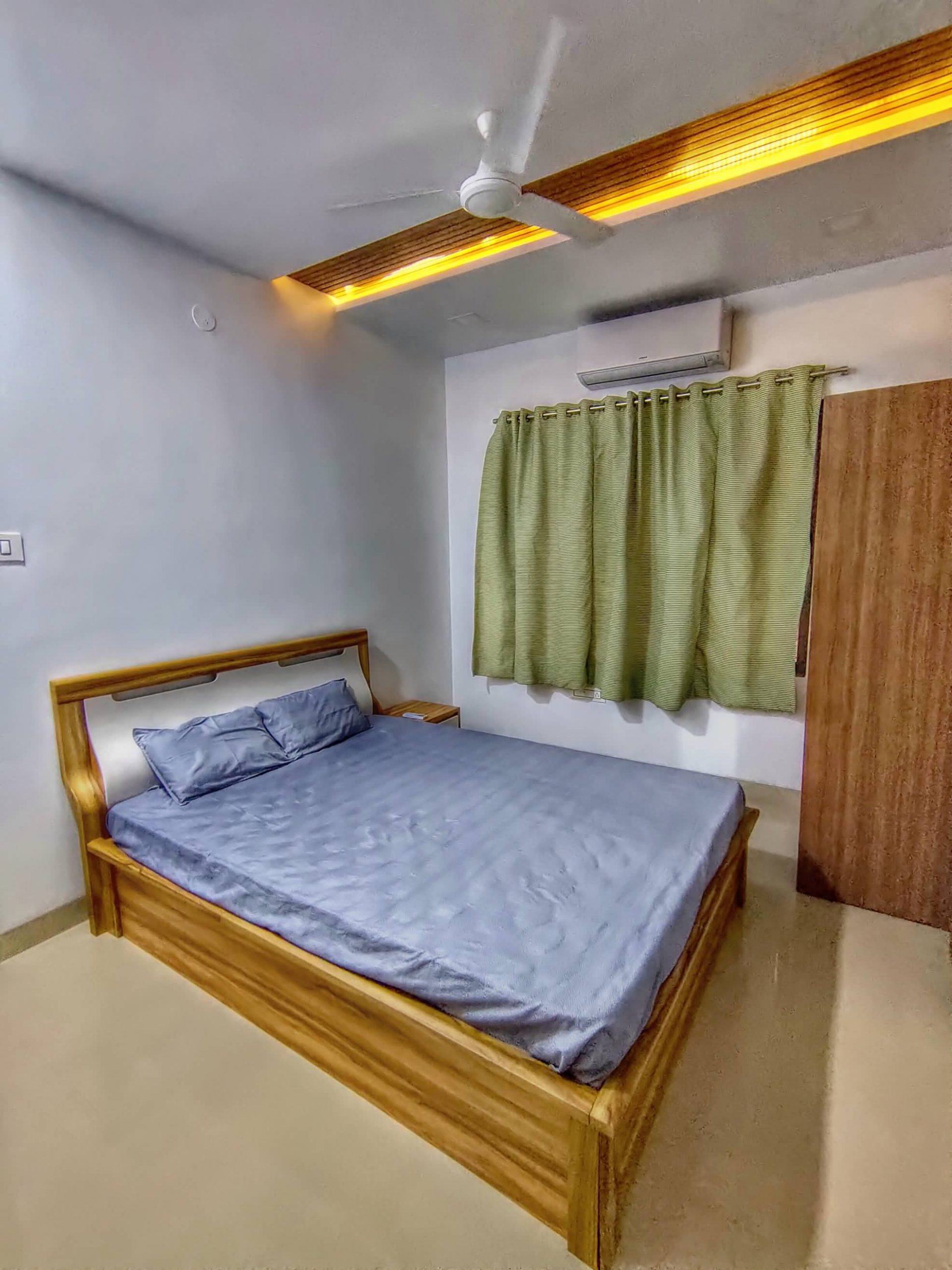 Bedroom with AC / Wardrobe